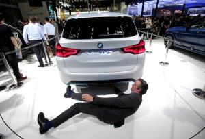Visitante se abaixa para ver o BMW iX3 elétrico no Salão de Pequim 2018 (Foto: Jason Lee/Reuters)